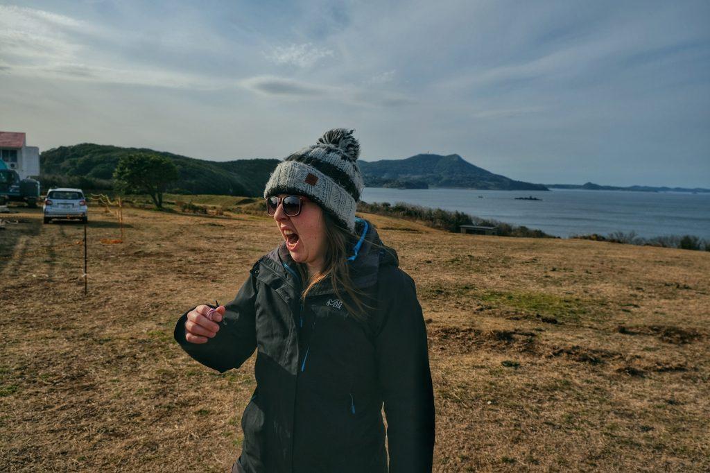 Claire baille en fin de journée dans notre camping avec vue sur la mer