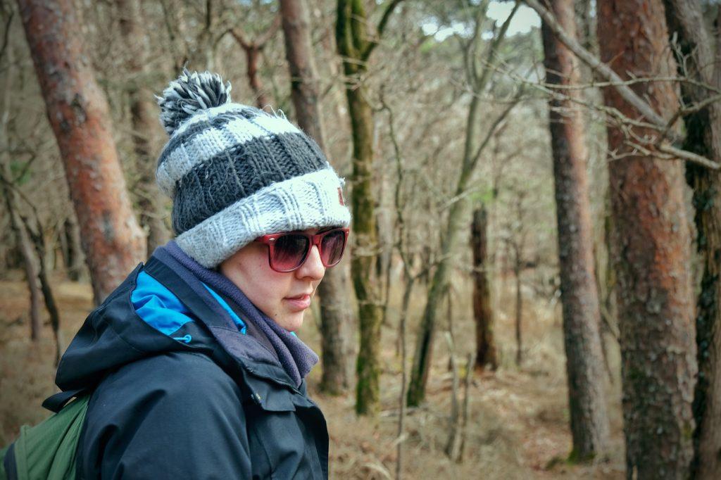 Claire observe les environs à la recherche d'animaux sauvages sur le plateau d'Ebino