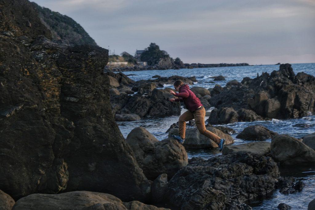 Claire s'aventure dans les rochers en bord d'océan Pacifique