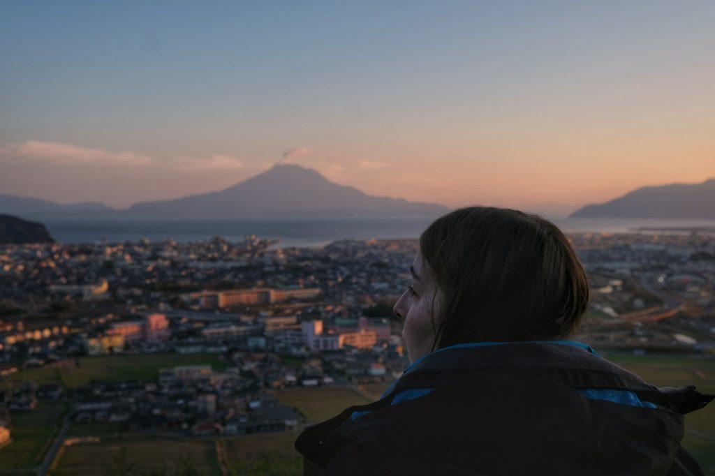 Claire observe le Sakurajima et la baie en fin de journée