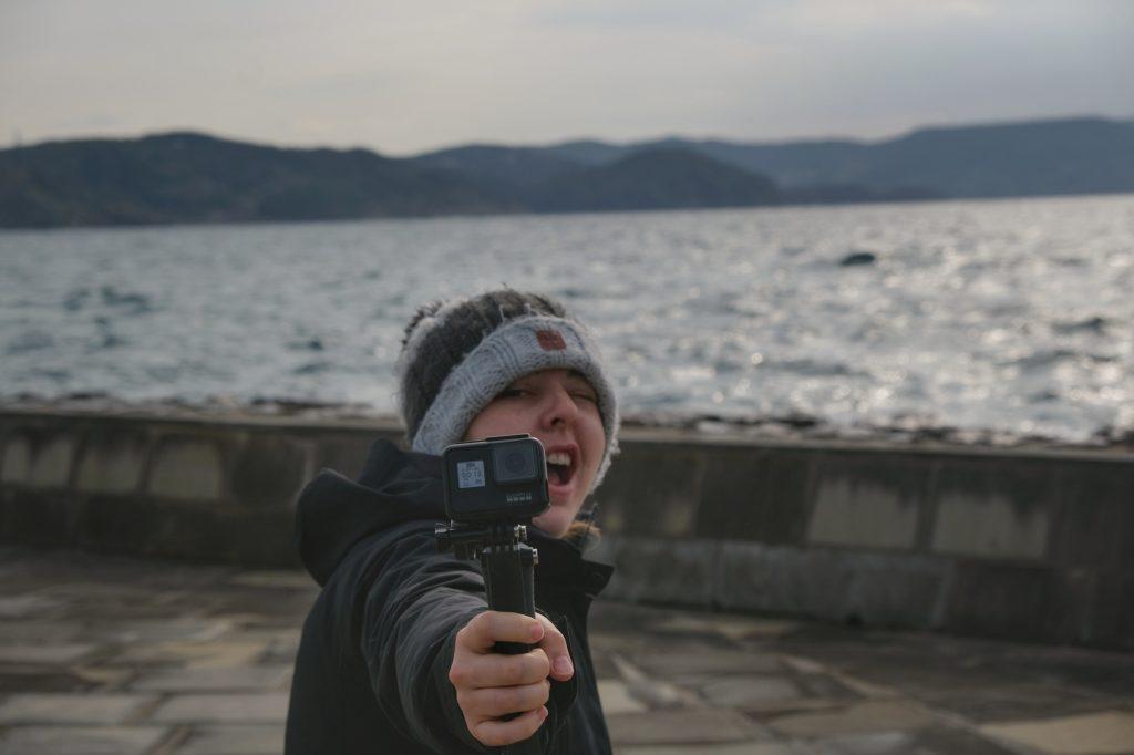 Claire filme le bord de mer de l'île de Hirado