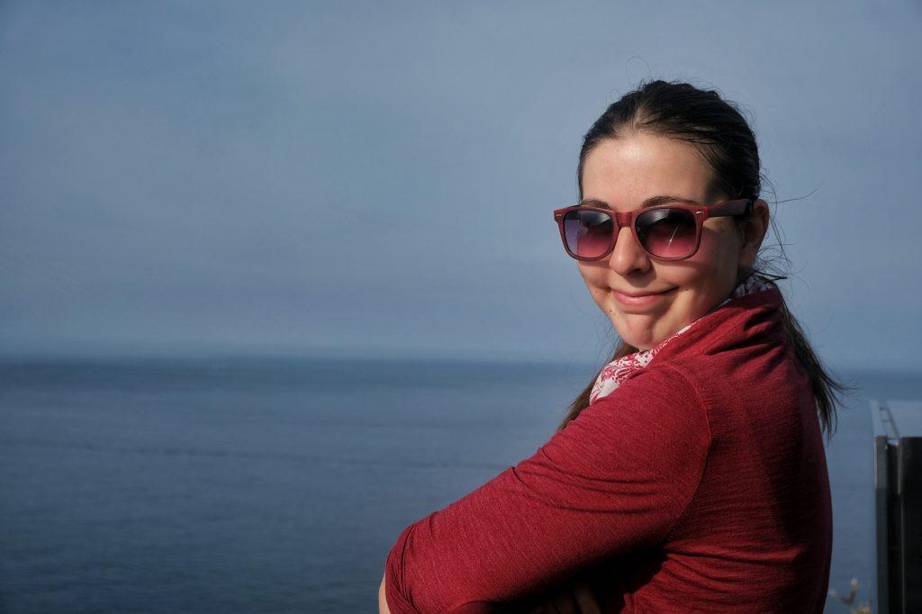 Claire profite de la vue près du phare du cap Muroto