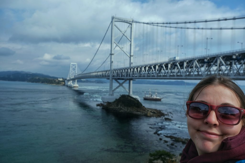 Claire devant le pont de Naruto