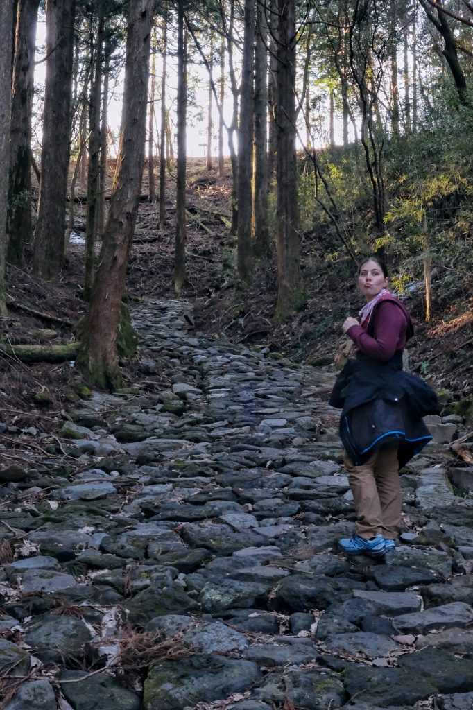 Claire monte la pente de la route du Tokaido pour retourner au lac Ashi