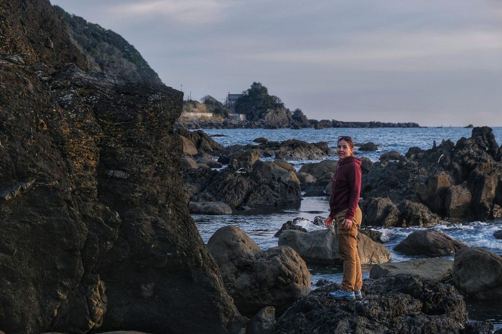 Claire sur les rochers de notre aire de repos de Kiramesse Muroto