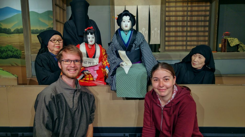 Ensemble devant les marionnettes de Bunraku, nous étions les deux seuls spectateurs
