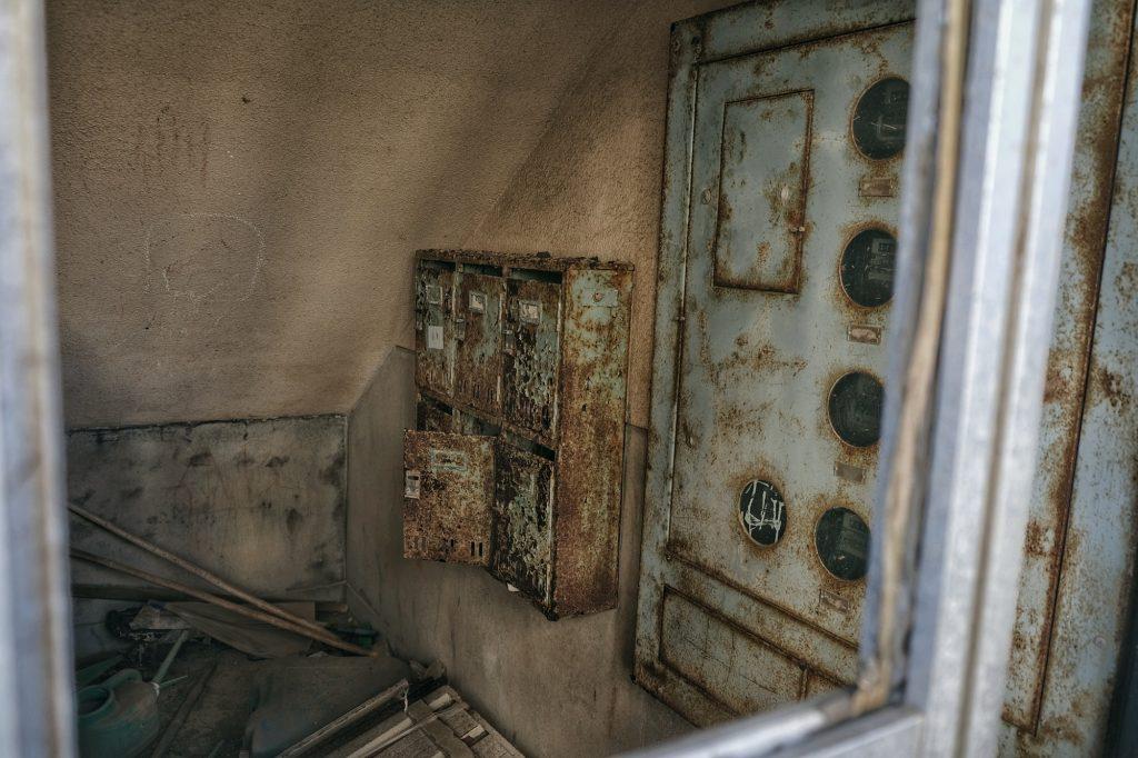 Compteurs électriques d'un immeuble abandonné sur Ikeshima