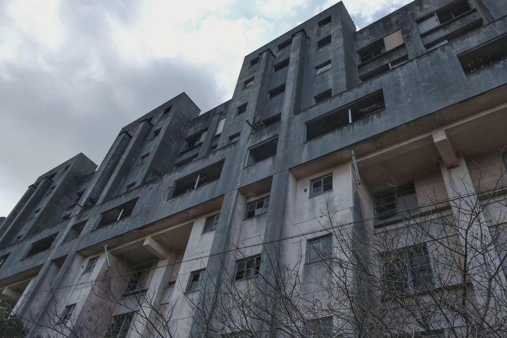 Des immeubles abandonnés menaçants sur l'île d'Ikeshima