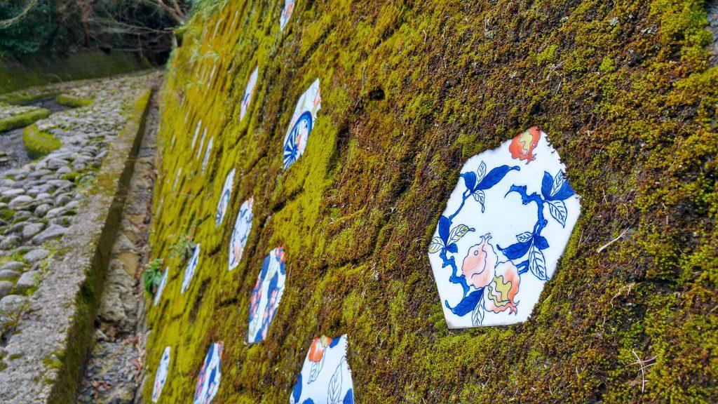 Décorations en poterie dans le village d'Okachiyama