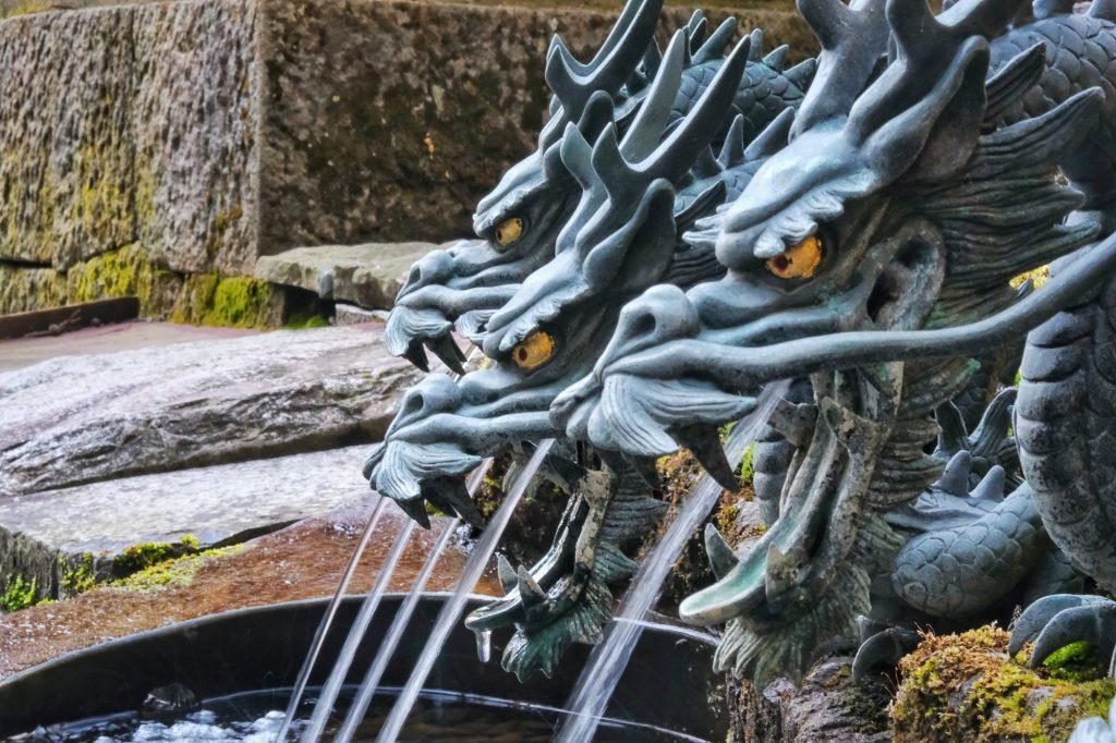 Les dragons du bassin du sanctuaire Hakone jinja