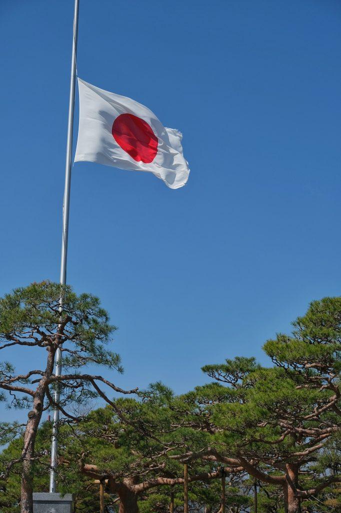 Le drapeau japonais sur l'esplanade du château de Kochi