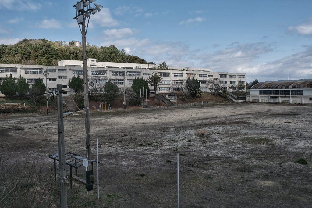 L'école toujours en activité avec 2-3 écoliers sur Ikeshima