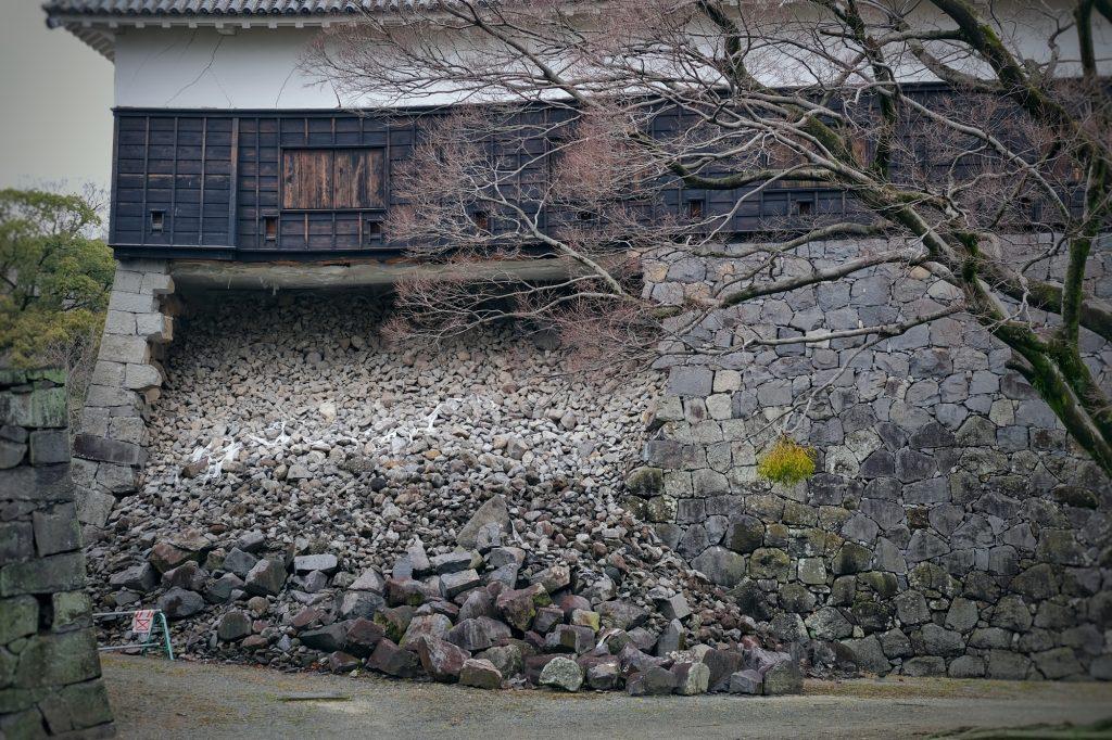 Mur effondré du château de Kumamoto suite au tremblement de terre de 2016