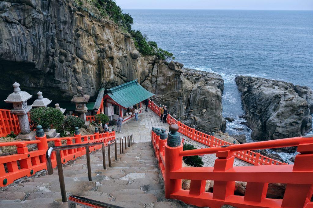 Les escaliers qui mènent au sanctuaire Udo-jingu