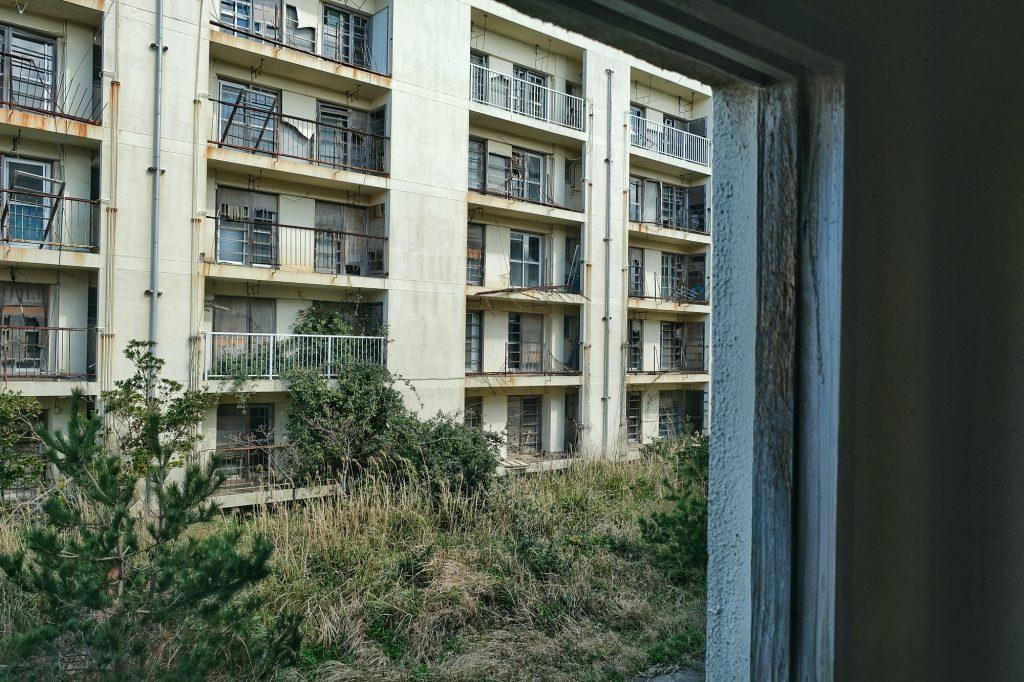 Fenêtre sur immeuble abandonné