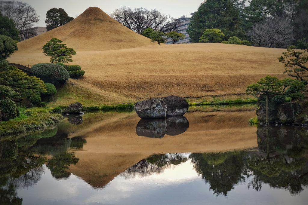 Le mini mont Fuji et son reflet au parc Suizenji