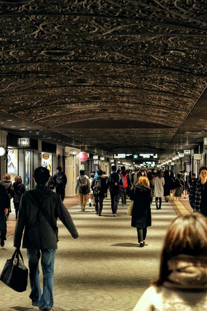 Galerie souterraine avec plafond en fer forgé à Fukuoka