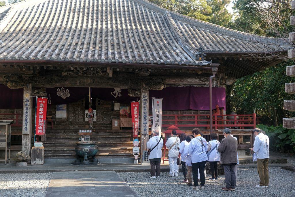 Un groupe de pèlerins devant le temple Hotsumisaki-ji
