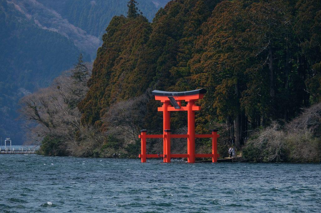 Le torii du Hakone jinja émerge des eaux du lac Ashi