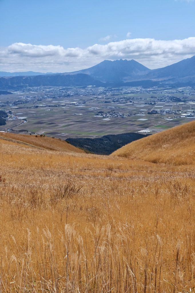 Les champs d'herbes sèches et la caldeira d'Aso