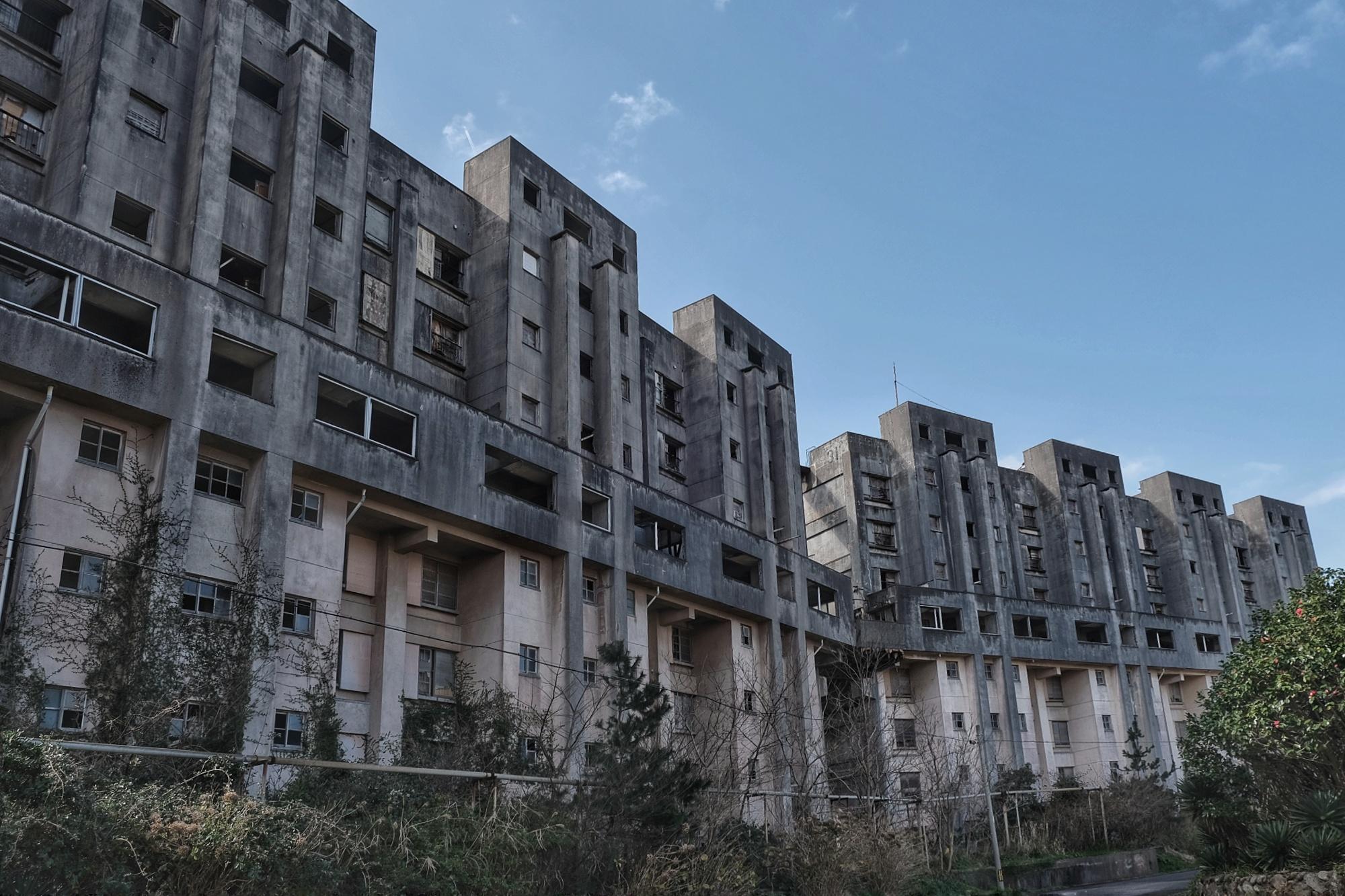 Une grande barre d'immeubles abandonnés sur Ikeshima