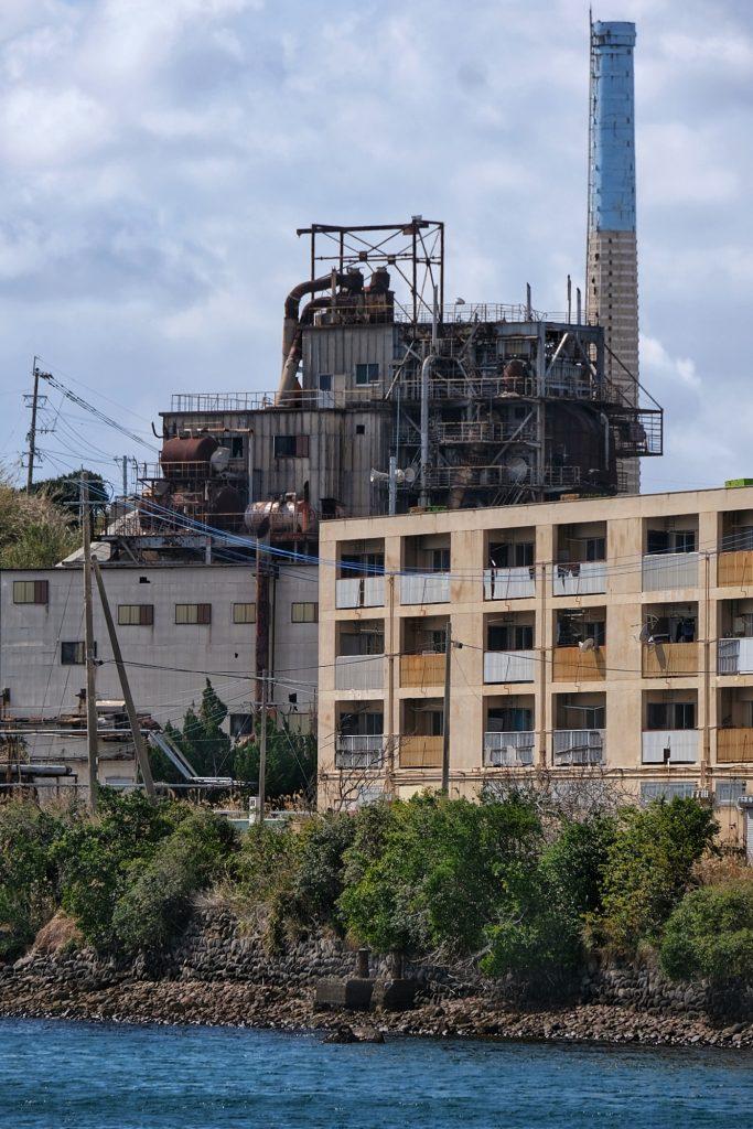 Les immeubles côtoient les installations minières abandonnées d'Ikeshima