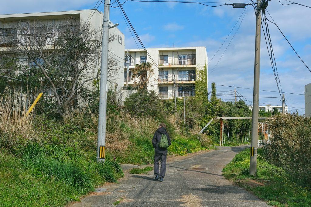 Vincent dans les quartiers d'immeubles (presque) entièrement abandonnés sur Ikeshima