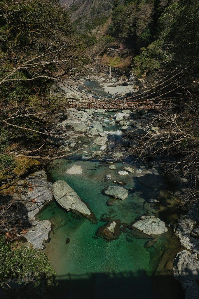 Pont de lianes Iya-no-kazura et la rivière de la vallée de l'Iya