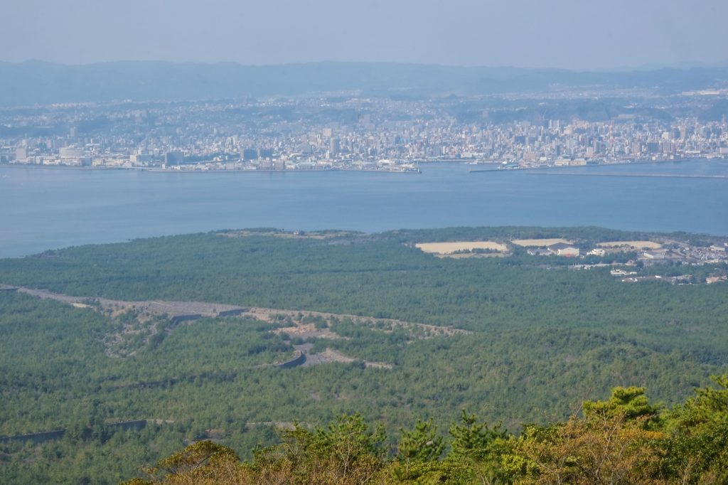 Vue de Kagoshima et des rigoles à lave du Sakurajima
