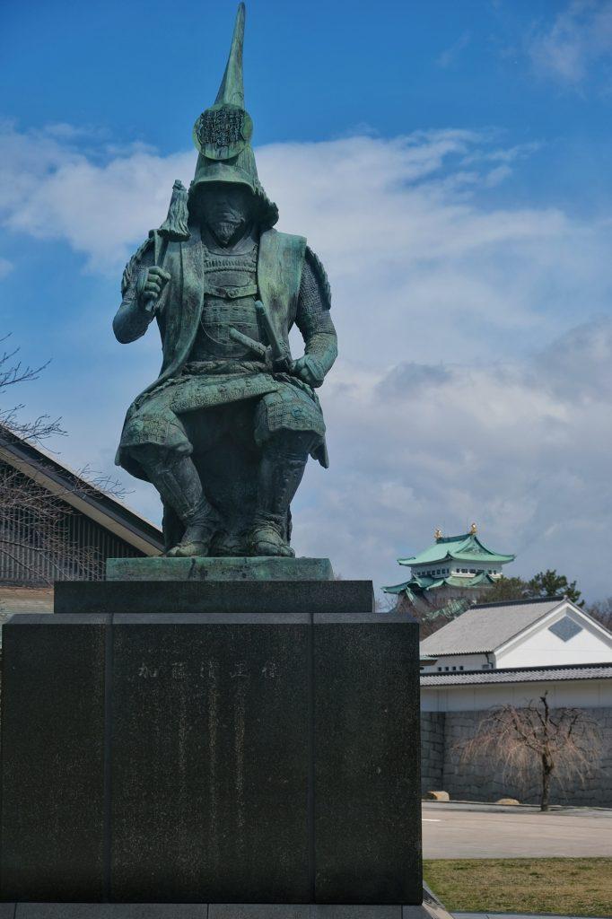 Statue de Kato Kiyamasa, guerrier et daimyo du XVI et XVIIe siècle, avec le château de Nagoya en fond
