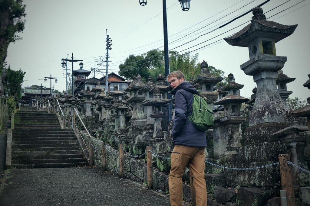 L'escalier et ses lanternes qui mène au Honmyo-ji