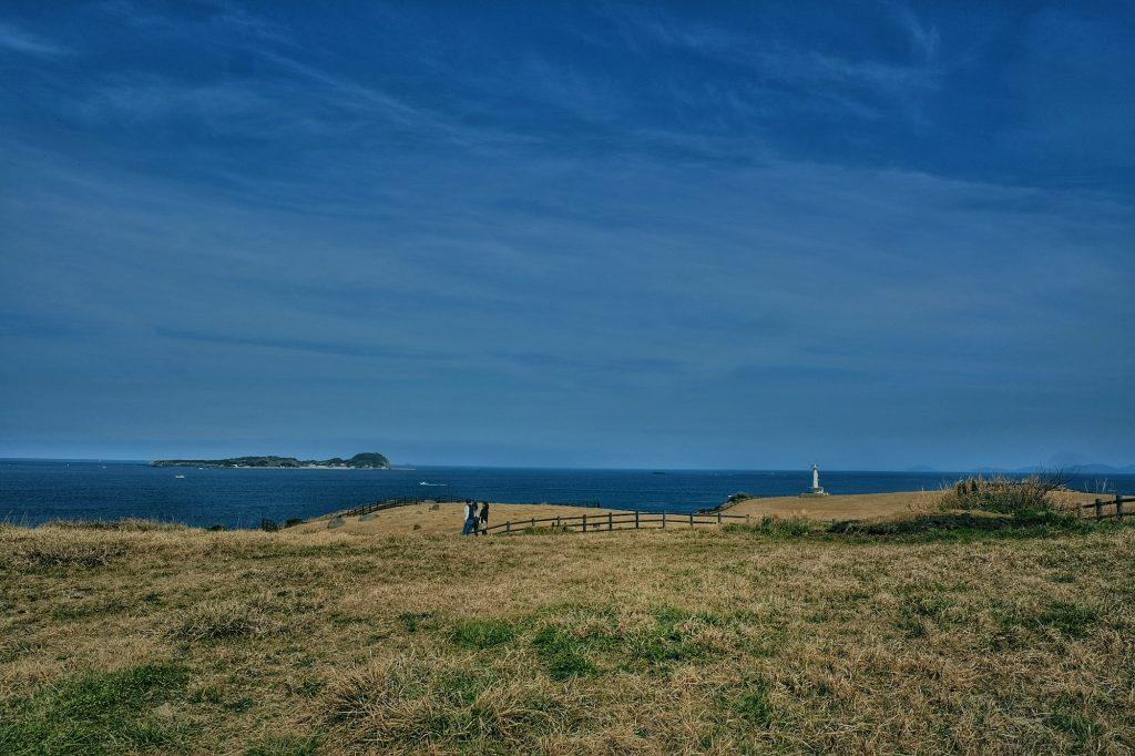 Des promeneurs en bord de mer sur l'île de Kyushu