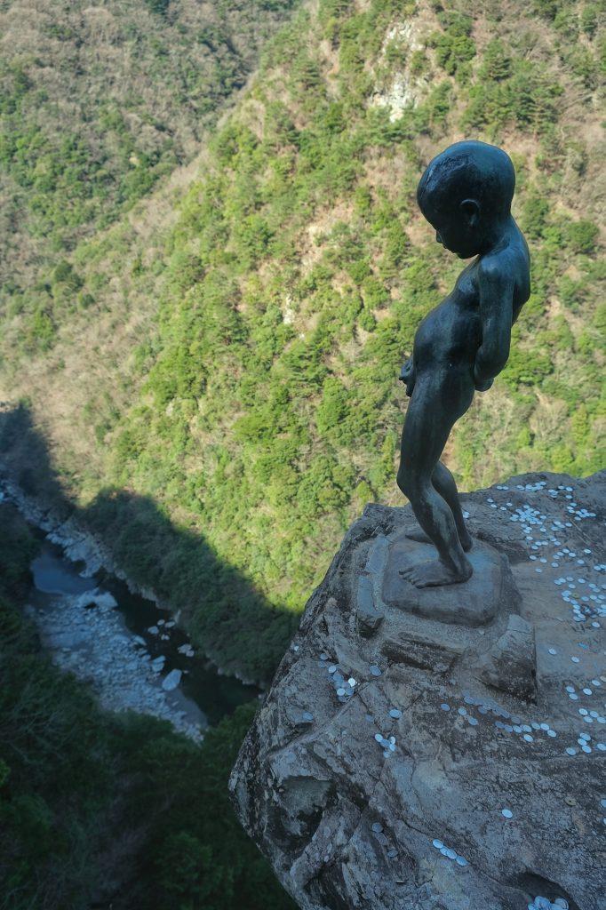 Prouver son courage depuis ce rocher vertigineux au-dessus de la vallée de l'Iya
