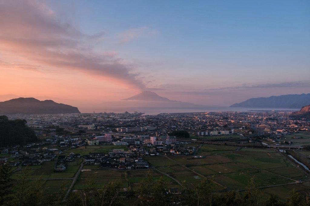 Le Sakurajima au soleil levant et sa traînée de fumée