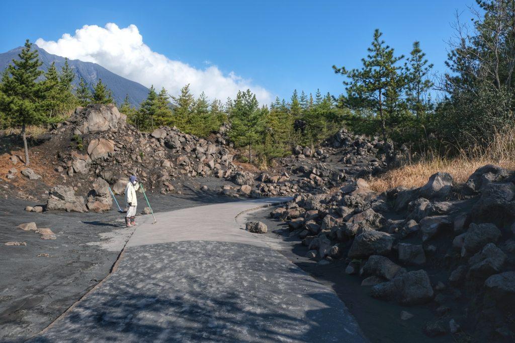 Nettoyage des cendres sur les chemins de balade autour du Sakurajima