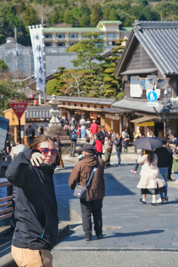 Claire me fait signe dans les rues de Okage Yokocho
