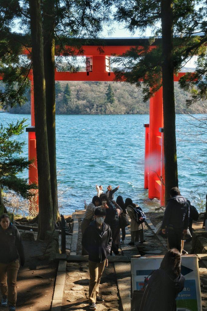 Difficile d'avoir sa photo en première ligne du torii du Hakone jinja