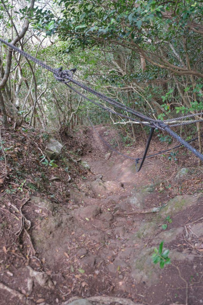 Randonnée entre cordes et pentes glissantes sur le mont Shijiki