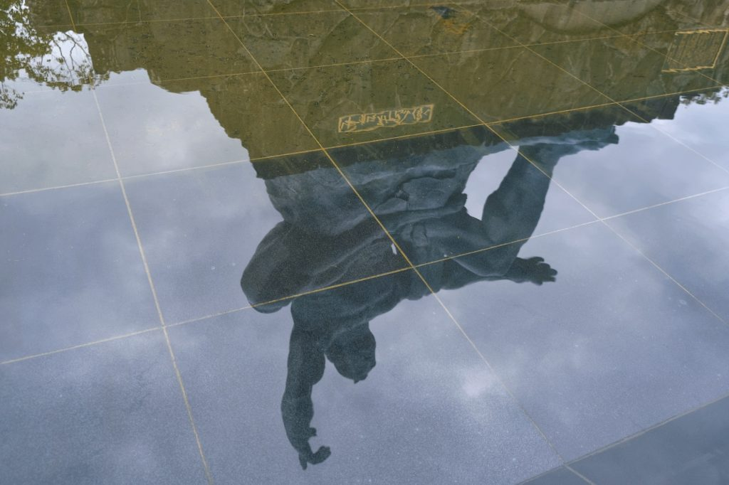 Reflet de la statue du parc de la Paix de Nagasaki