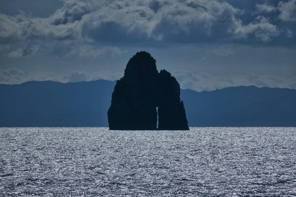 Une île trouée au large d'Ikeshima