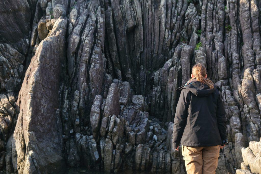 Claire admire les rochers particuliers du cap Muroto