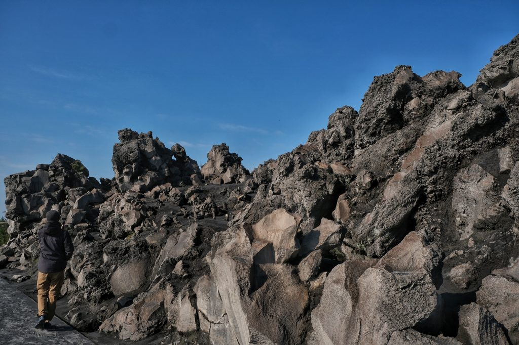 Vincent marche à côté des roches bien particulières autour du Sakurajima
