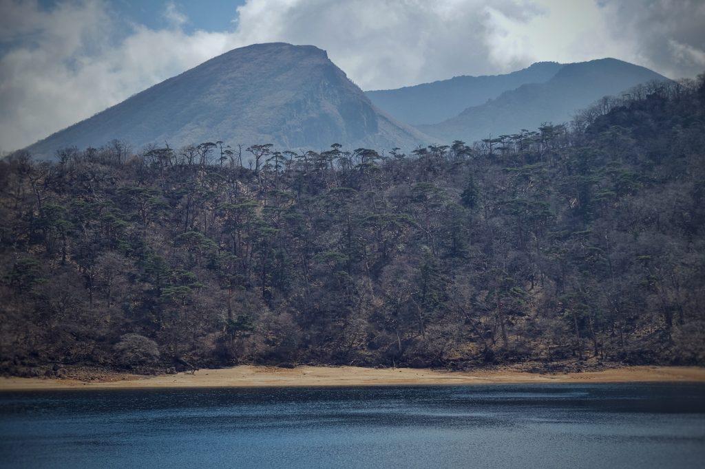 Le lac Rokkannonike et les montagnes alentours