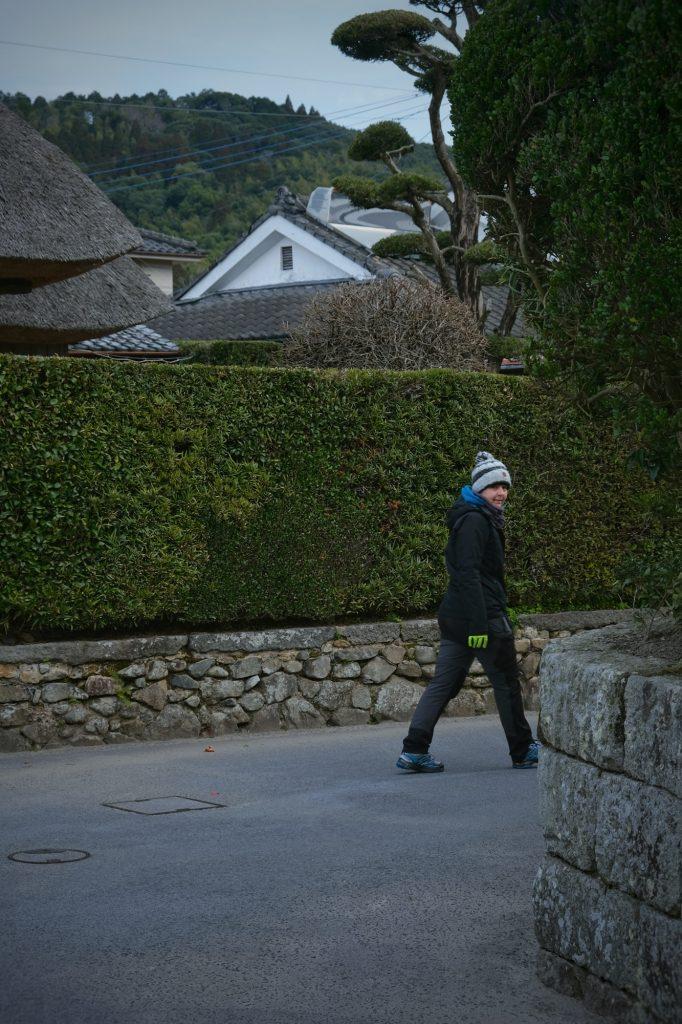 Claire arpente les rues du quartier de Samouraïs de Chiran