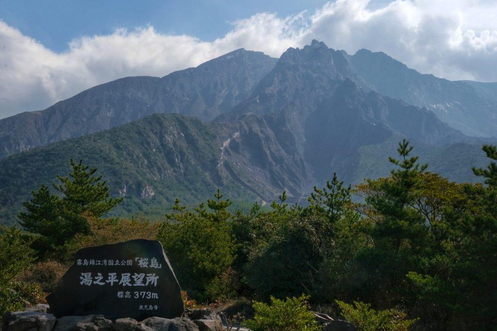 Selon le point de vue, le volcan Sakurajima semble éteint