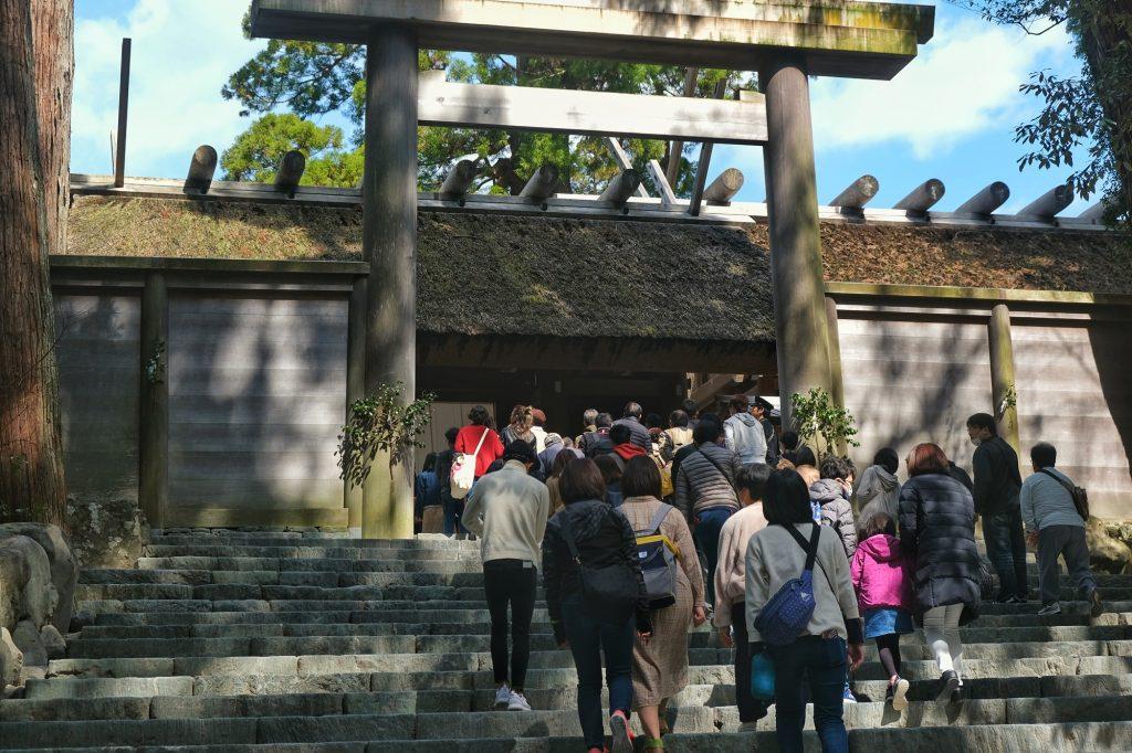 Les gens font la queue pour entrer dans l'enceinte de l'Ise Jingu