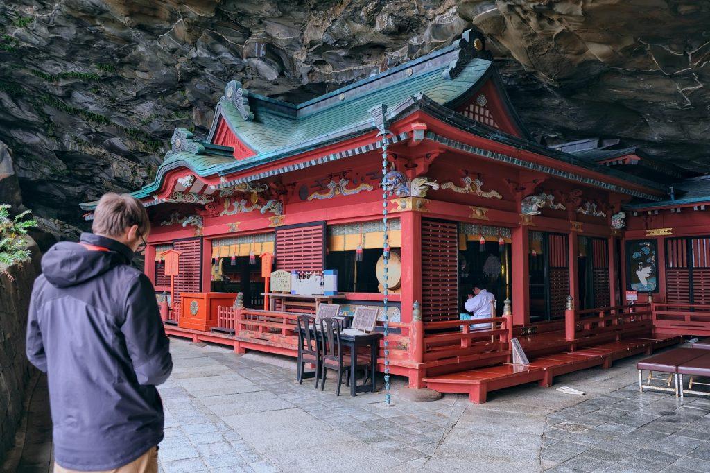 Le sanctuaire Udo-jingu sous la falaise
