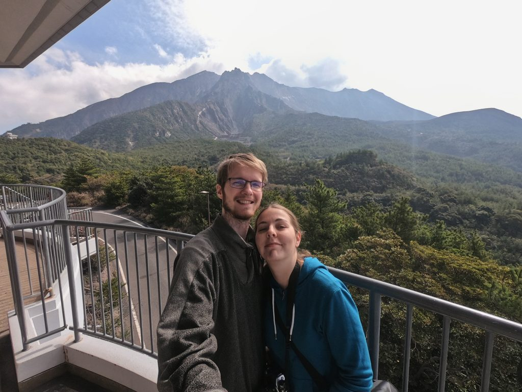 Selfie devant le volcan de Sakurajima