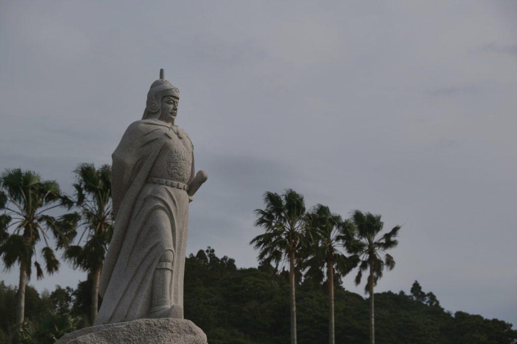 Né à Hirado, Koxinga est un prince chinois ayant résisté à la dynastie Qing et ayant battu les Hollandais sur l'île de Taiwan pour y établir sa dynastie