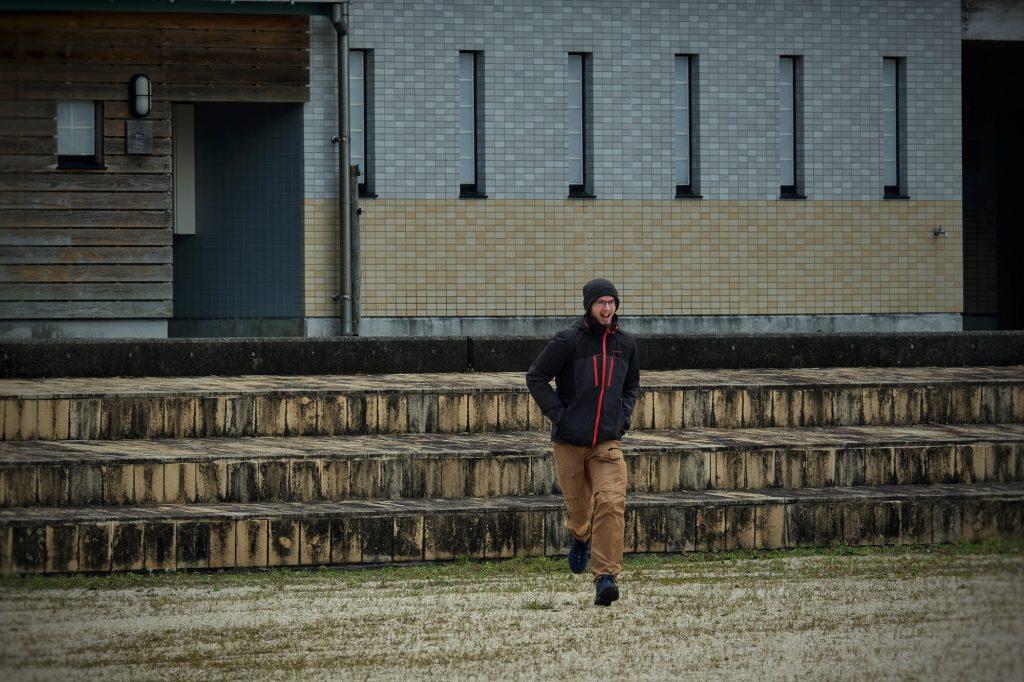 Vincent commence son sprint sur la plage d'Ashikita